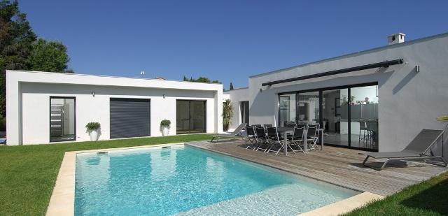 Maison avec baies et fenêtres en aluminium