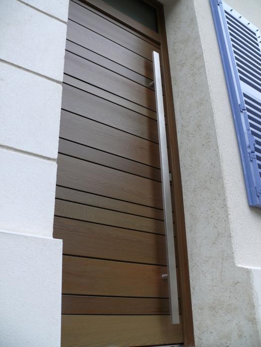 Portes en bois innovia menuiseries fen tres volets for Fenetre pvc montpellier
